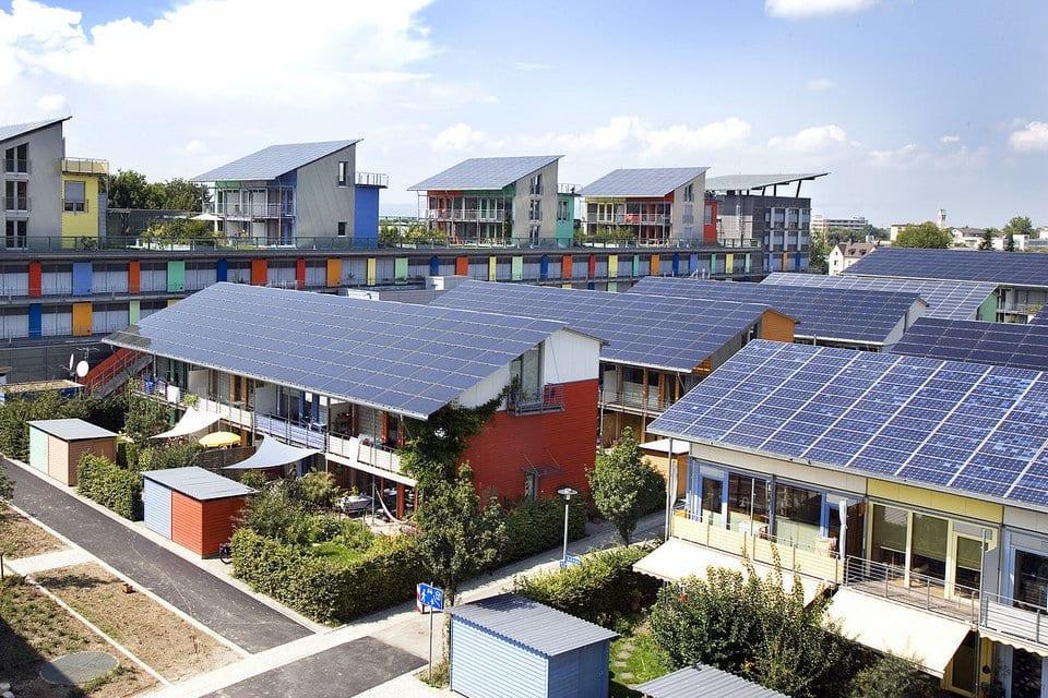ألواح الطاقة الشمسية في الامارات