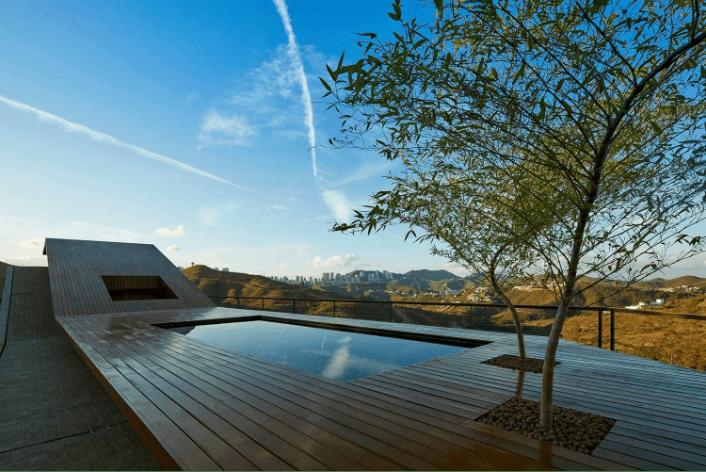 لقطة منظورية للسطح، تك الاستفادة منه وتحويله لجزء من حديقة المنزل واضافة مسبح، وصنع اطلالة مميزة