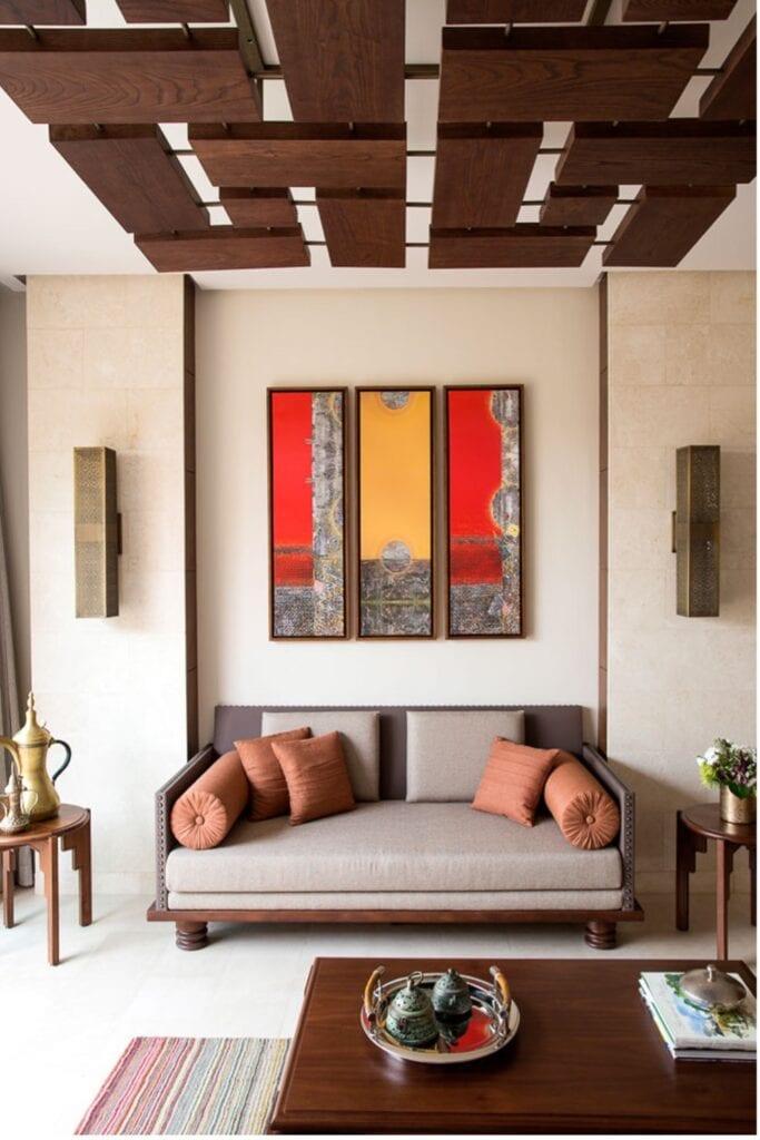 تثبيت مجموعة من الألواح الخشبية بمزيج فني هندسي وعشوائي.