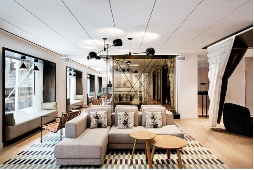 إنشاء نمط خطي متوازن تمامًا عبر الغرفة بخطوط بسيطة وأنيقة متناسبة مع باقي العناصر الهندسية في المساحة مما يضفي لمسة هندسية رائعة على المساحة بأكملها.