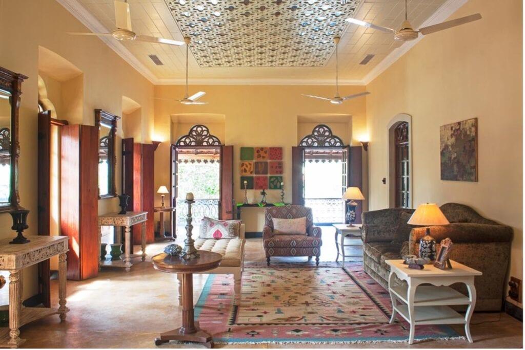استخدام المرايا ضمن السقف المستعار. حيث يُظهر هذا المنزل الهندي العديد من عناصر التصميم الهندية المثالية: من السجادة المنسوجة إلى الطاولات الخشبية المنحوتة. ونجد أن المرآة المعقدة على السقف المستعار، تتناغم مع جميع عناصر الغرفة لتظهر كمساحة مدروسة بعناية فائقة.